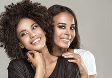 Glimlachende mooie Afrikaanse Amerikaanse meisjes stock foto's