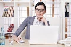 Glimlachende mooie bedrijfsvrouw Stock Foto