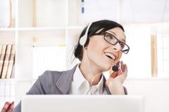 Glimlachende mooie bedrijfsvrouw met hoofdtelefoon Stock Foto