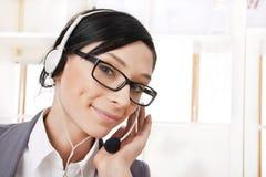 Glimlachende mooie bedrijfsvrouw met hoofdtelefoon Stock Afbeelding
