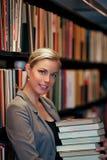 Glimlachende mooie bibliothecaris royalty-vrije stock afbeelding