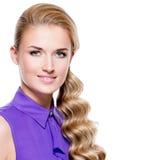 Glimlachende mooie blonde vrouw met lang krullend haar Royalty-vrije Stock Fotografie