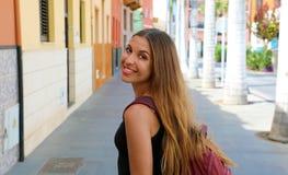 Glimlachende mooie gelooide vrouw die in Puerto de la Cruz, Tenerife lopen royalty-vrije stock afbeeldingen