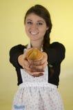 Glimlachende mooie jonge Spaanse donkerbruine bakker Royalty-vrije Stock Foto's