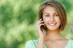 Glimlachende mooie jonge vrouw Stock Foto's