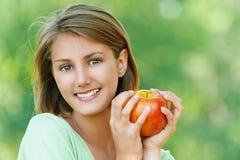 Glimlachende mooie jonge vrouw Stock Foto