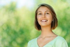 Glimlachende mooie jonge vrouw Stock Afbeelding
