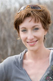 Glimlachende mooie jonge vrouw Stock Fotografie