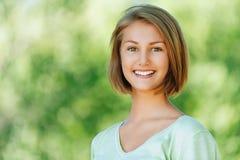 Glimlachende mooie jonge vrouw dicht Royalty-vrije Stock Fotografie
