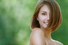 Glimlachende mooie jonge vrouw dicht Royalty-vrije Stock Foto