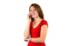 Glimlachende mooie vrouw die op celtelefoon bespreekt Royalty-vrije Stock Foto