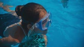 Glimlachende mooie vrouw en haar leuk kind in de pool Moeder die haar leren te zwemmen weinig dochter Portret van gelukkig stock video