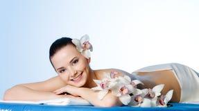 Glimlachende mooie vrouw in kuuroordsalon Stock Foto