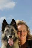 Glimlachende mooie vrouw met Belgische herder Stock Foto