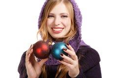 Glimlachende mooie vrouw in trui en purpere sjaal met helder Royalty-vrije Stock Afbeeldingen