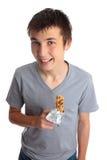 Glimlachende mueslistaaf van de jongensholding stock afbeelding