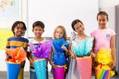 Glimlachende multi etnische kinderen die kunstwerk houden royalty-vrije stock foto