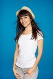 Glimlachende onbezorgde vrouw die witte strohoed dragen Stock Afbeelding
