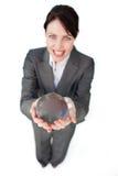 Glimlachende onderneemster die een kristallen bol houdt stock fotografie