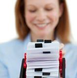 Glimlachende onderneemster die haar adreskaartje houdt ho Royalty-vrije Stock Afbeelding