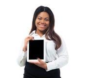 Glimlachende onderneemster die het scherm van de tabletcomputer tonen Stock Foto's