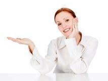 Glimlachende onderneemster die iets op haar hand tonen stock foto's
