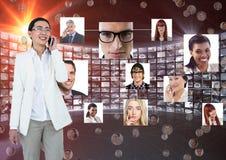 Glimlachende onderneemster die mobiele telefoon met behulp van tegen portretten vector illustratie