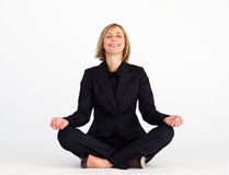 Glimlachende onderneemster die yogaoefeningen doet Stock Afbeeldingen