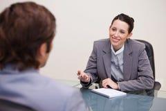Glimlachende onderneemster in een onderhandeling stock afbeeldingen