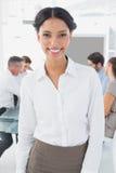 Glimlachende onderneemster en haar collega's Stock Foto