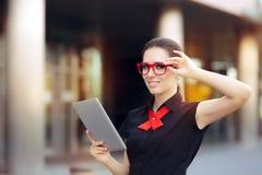 Glimlachende Onderneemster met PC-Tablet en Rode Kaderglazen Royalty-vrije Stock Afbeelding
