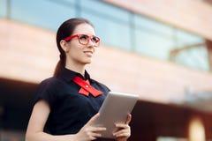 Glimlachende Onderneemster met PC-Tablet en Rode Kaderglazen Stock Foto