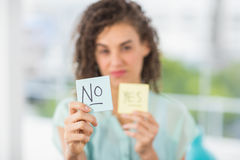 Glimlachende onderneemsterholding ja en geen stokken Stock Fotografie