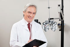 Glimlachende Optometrist With Notepad royalty-vrije stock afbeelding