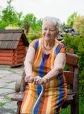 Glimlachende oude vrouw Stock Foto's