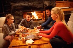 Glimlachende ouders en kinderen die pizza samen eten Royalty-vrije Stock Afbeeldingen