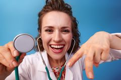 Glimlachende pediater arts die stethoscoop met behulp van royalty-vrije stock fotografie