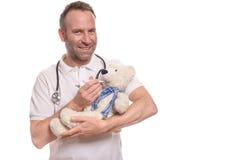 Glimlachende pediatrische verpleegster met een teddybeer royalty-vrije stock foto