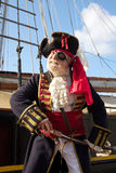 Glimlachende piraat met piraatschip Stock Fotografie