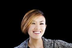 Glimlachende Portret Aantrekkelijke Aziatische Amerikaanse Vrouw op Zwarte Backgr Royalty-vrije Stock Afbeelding