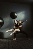 Glimlachende positieve balletdansers die in de studio presteren Royalty-vrije Stock Fotografie