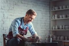 Glimlachende pottenbakker stock afbeeldingen