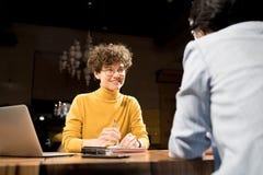 Glimlachende recruiter die kandidaat interviewen royalty-vrije stock foto