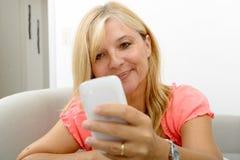 Glimlachende rijpe vrouw die smartphone gebruiken Royalty-vrije Stock Fotografie