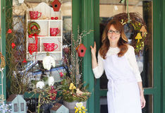 Glimlachende Rijpe Vrouwenbloemist At Flower Shop Stock Foto