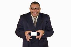 Glimlachende rijpe zakenman die kaart voorstelt Stock Afbeelding