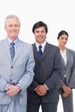 Glimlachende rijpe zakenman met jonge werknemers Royalty-vrije Stock Afbeeldingen