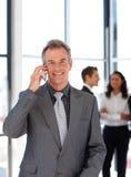 Glimlachende rijpe zakenman op telefoon Royalty-vrije Stock Afbeelding
