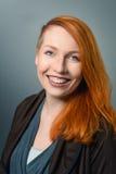 Glimlachende rode haired vrouw Stock Afbeelding
