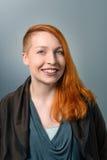 Glimlachende rode haired vrouw Royalty-vrije Stock Fotografie